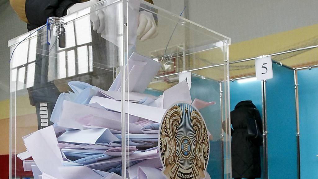 Die Regierungspartei Nur Otan (Licht der Heimat) hat ihre absolute Mehrheit bei der Parlamentswahl trotz Einbußen verteidigt. Foto: Uncredited/AP/dpa