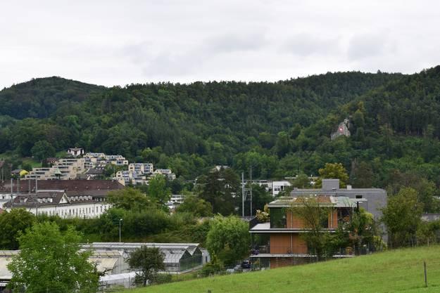 Aussicht über Liestal mit Blick auf die Schweizerflagge am Schleifenberg.