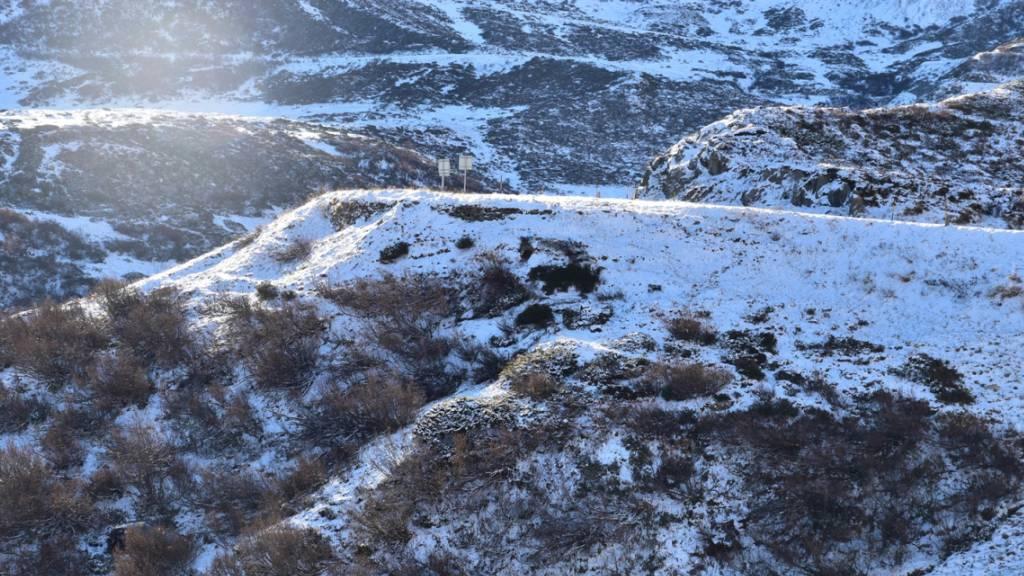 Mit Sommerreifen in den Bergen unterwegs: Auto stürzt 40 Meter tief