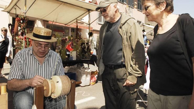Hutmacher Kurt Wismer demonstriert an einem Markt alte Handwerkskunst