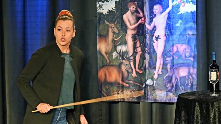 Lisa Christ tritt auf die Bühne des Schwager Theaters in Olten