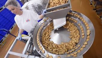 Eine Angestellte arbeitet in der Produktion des Backwarenhersteller Hug in Malters.