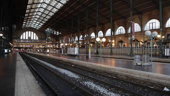 Die Bahnsteige waren am Dienstag leer in der Gare du Nord von Paris.