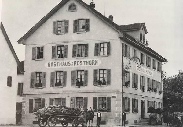 Als in Neuenhof noch keine Autos fuhren, freuten sich sowohl Bauern als auch Pferde über eine Rast im Gasthaus.