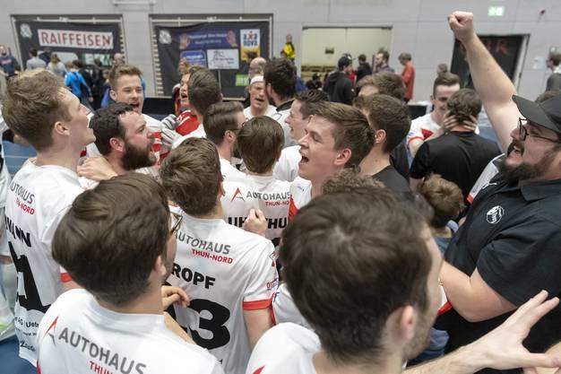 Die jubelnden Thuner nach dem gewonnenen siebten Spiel der Auf-/ Abstiegs-Playoffs zwischen Unihockey Basel Regio und dem UHC Thun in der Sandgruben-Halle in Basel, am Sonntag, 14. April 2019. (KEYSTONE/Georgios Kefalas)