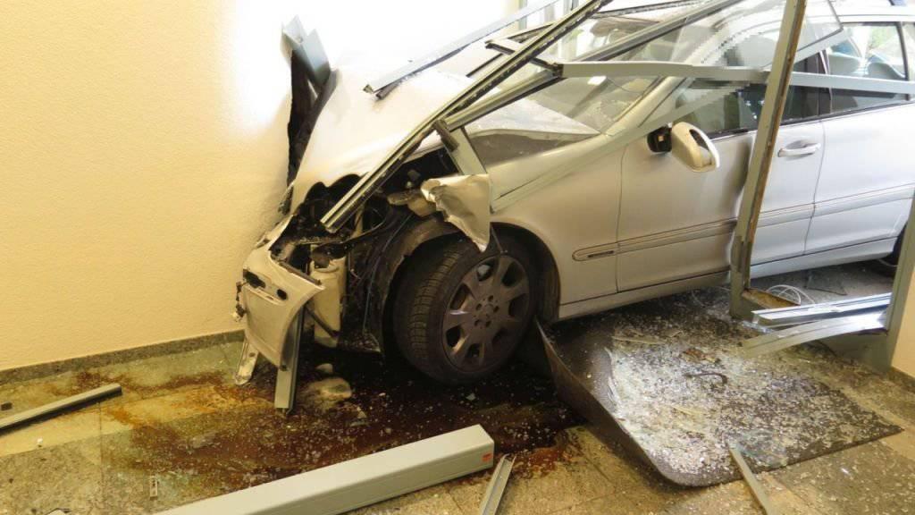 Eine 83-jährige Autolenkerin hat das Gas- mit dem Bremspedal verwechselt und fuhr in der Folge in den Eingang eines Geschäftshauses.