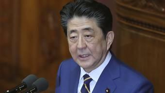 Der japanische Premierminister Shinzo Abe sprach am Montag in Tokio über die Verteidigungsstrategie Japans angesichts der Aufrüstung seiner Rivalen. Auch Diplomatie soll eine Rolle spielen. (Bild: Keystone)