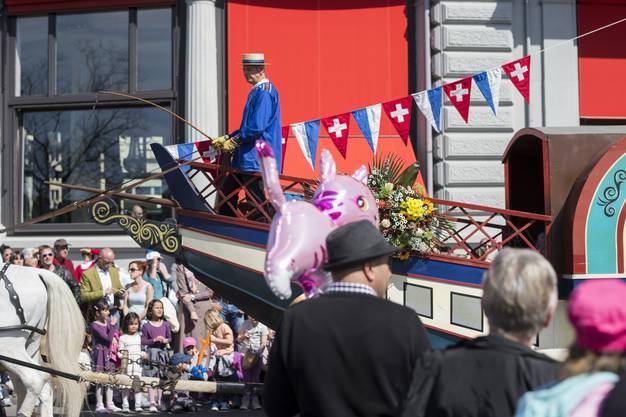 Farbenfroh kostümierte Kinder zwischen 5 und 15 Jahren laufen am Sonntag, 12. April 2015, anlässlich des grossen Kinderumzugs einen Tag vor dem Sechseläuten durch die Innenstadt in Zürich.