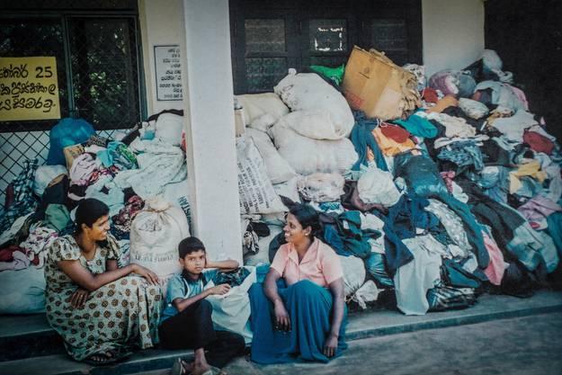 Hilfe: Mit der Zeit stapelten sich die Hilfsgüter. So wie diese Kleider, die noch verteilt werden mussten.