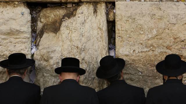 Vier jüdische Männer beten an der Klagemauer (Archiv)
