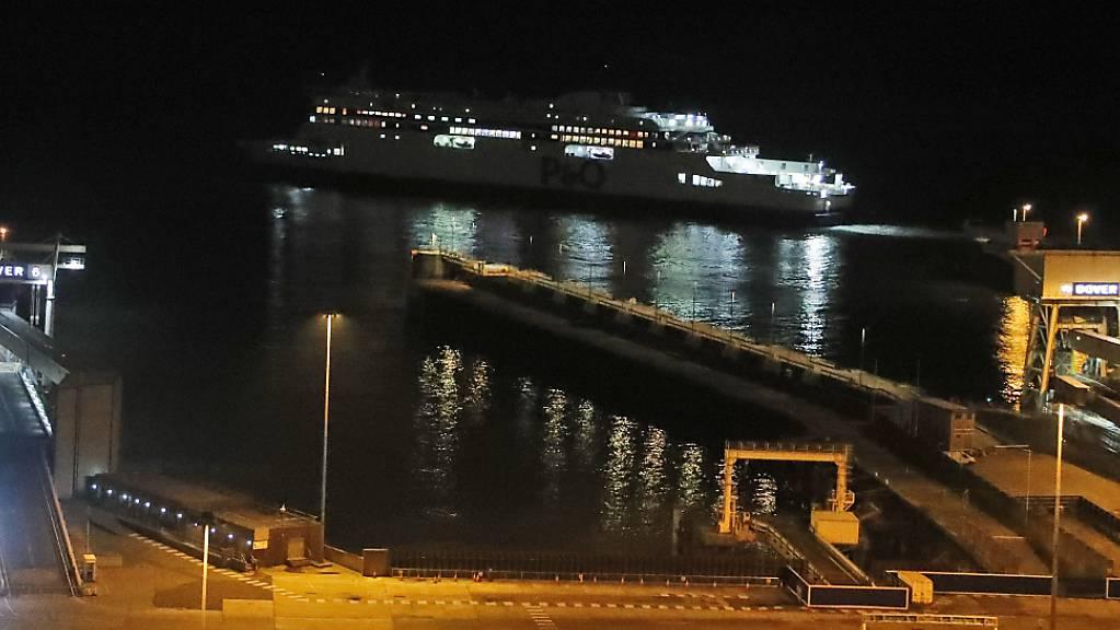Die letzte Fähre verlässt den Hafen in Dover. Foto: Frank Augstein/AP/dpa