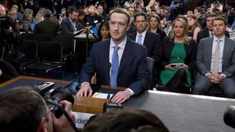 Im April verteidigte Mark Zuckerberg das Geschäftsmodell von Facebook vor der Politik in Washington.
