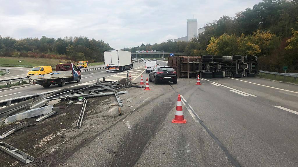 Lastwagen-Chauffeur bei Selbstunfall auf A12 verletzt