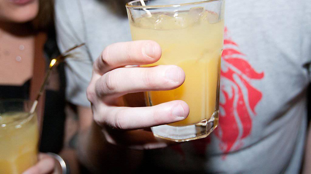 """Der """"Kampfgeist"""", der bei einem Trinkspiel entstehen könne, verleite zu erhöhtem Alkoholkonsum, argumentiert die Verwaltung des Kantons Neuenburg. (Symbolbild)."""