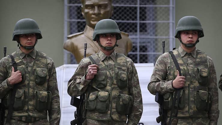 Unter den nun in der Türkei entlassenen Staatsbediensteten sind mehr als tausend Armee-Angehörige. (Archiv)