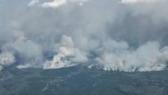 Dichte Rauchschwaden nahe der evakuierten Stadt Fort McMurray.