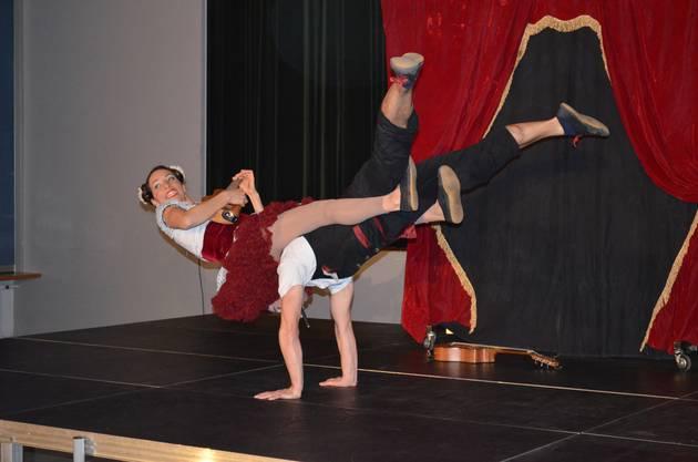 Neujahrsapéro Effingen mit dem Akrobatikauftritt von Lucy und Lucky Loop.