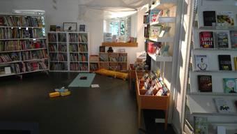 In der Bibliothek Brugg findet Yogaunterricht statt. Bei gutem Wetter wird auch im Innenhof praktiziert.