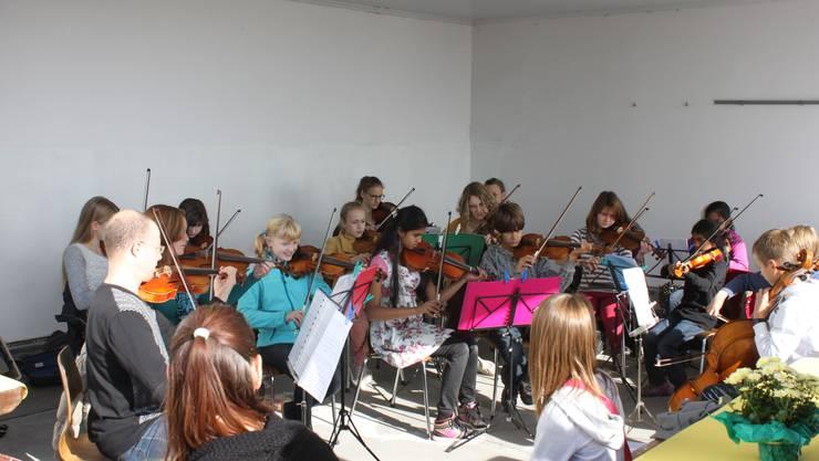 DIe Musikschule Grenchen beim gemeinsamen Musizieren.