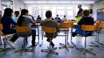 Die Regierung will die Lehrerpensen-Erhöhung auch ab dem Schuljahr 2016/2017 weiterführen. (Symbolbild)