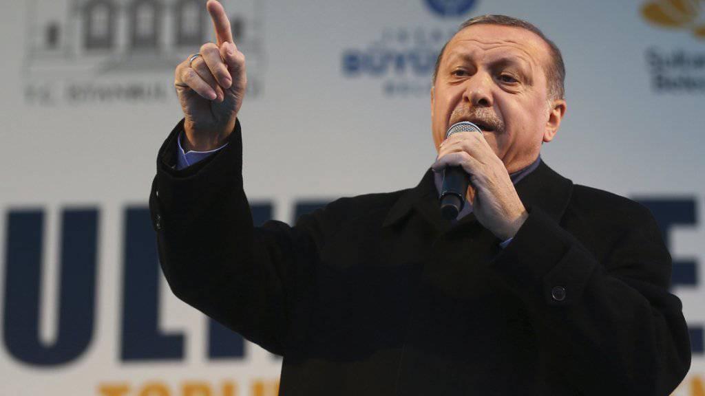 Immer schwereres Geschütz gegen die Niederlande: der türkische Präsident Recep Tayyip Erdogan gräbt tief in der Geschichte, um immer neue Anschuldigungen machen zu können. (Aufnahme vom 11. März in Istanbul)