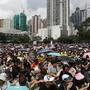 In Hongkong haben sich am Sonntag zehntausende Menschen zu einer neuen Massendemonstration versammelt. Die zentrale Kundgebung findet im Victoria Park statt.