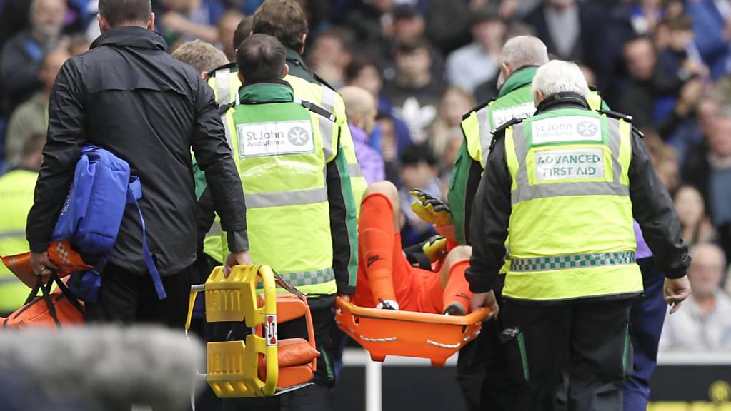 Hugo Lloris kann bei der 0:3-Niederlage von Tottenham das Spielfeld nicht aus eigener Kraft verlassen.