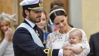 Schwedens Prinz Carl Philip, seine Gattin Sofia und ihr Sohn Alexander bei der Taufe des Erstgeborenen. Im September bekommt der Kleine ein Geschwisterchen. (Archivbild 9.9.2016)