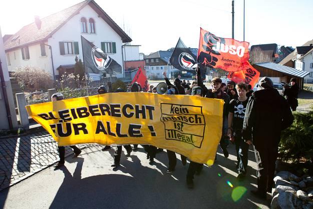 Der Protestzug zieht Richtung Gemeindehaus.
