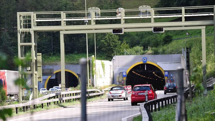 Eine im Arisdorftunnel geplatzte Bremsleitung eines Sattelschleppers hat am Mittwochnachmittag grosse Staus auf der A2 sowie auf Kantons- und Gemeindestrassen ausgelöst. (Archivbild)