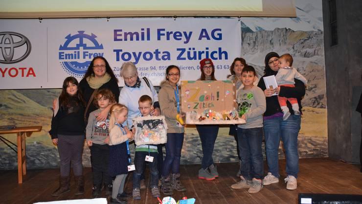 Die jungen Teilnehmer freuen sich über ihre Preise.