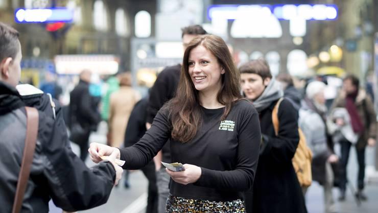 Geld für alle: Befürworter verteilen am Hauptbahnhof Zürich 10er-Nötli
