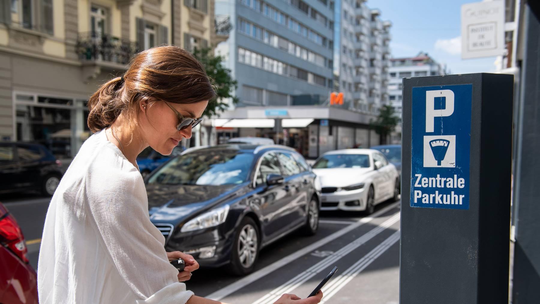 Twint-Nutzer können ihren Parkplatz inzwischen auch direkt aus dem Auto heraus buchen und bezahlen.