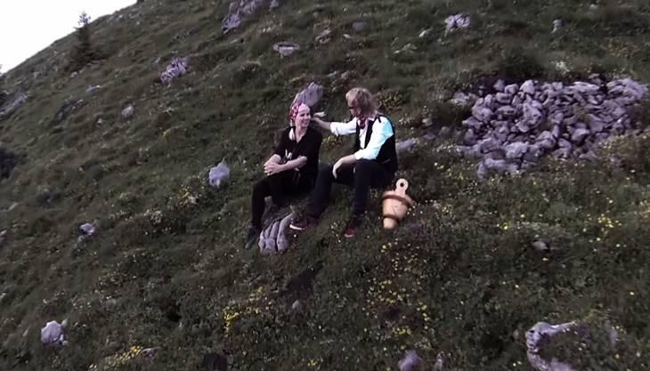 Alpenromantik: Willy Tell mit einer blonden Unbekannten im Gras.
