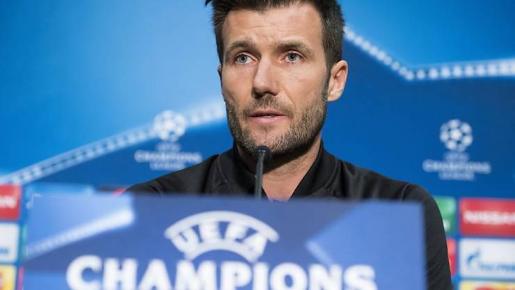 Raphael Wicky spricht an der Medienkonferenz im Old Trafford Stadium