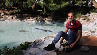 Marcel Huber ist glücklich, dass sich die Störe und Schildkröten im frisch sanierten Teich der Minigolfanlage wohlfühlen.