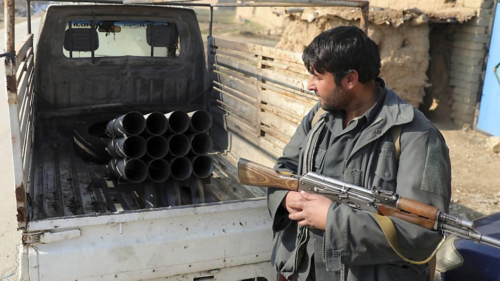 ARCHIV - Ein afghanischer Sicherheitsbeamter steht im Dezember 2020 in Bagram, nördlich von Kabul. Foto: Rahmat Gul/AP/dpa