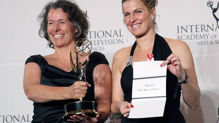 Eine deutsche Mini-Serie hat einen International Emmy gewonnen: Produzentin Beatrice Kramm (links) und ZDF-Redakteurin Lucia Haslauer nahmen in New York den Preis entgegen.