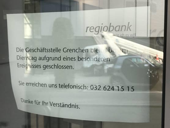 «Die Geschäftsstelle Grenchen bleibt bis am Dienstag aufgrund eines besonderen Ereignisses geschlossen», heisst es an der Türe.