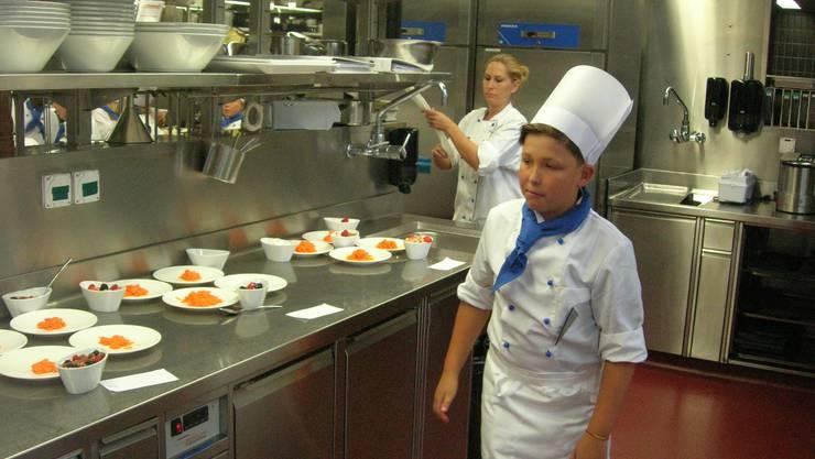 Rüeblisalat als Vorspeise und Dessertschalen sind angerichtet.
