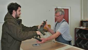 Übergabe Gefreiter Michael Spillmann gibt sein Gewehr an Beat Morgenthaler vom Zeughaus Aarau.