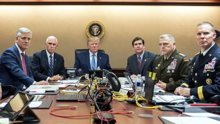 Wie sich Bilder gleichen: Die Präsidenten Trump (Baghdadi) und Obama (Bin Laden) verfolgen die Einsätze der Special Forces gegen Top-Terroristen.