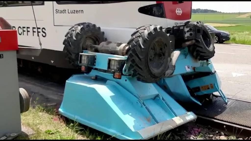 Zug fährt in Baumaschine +++ Eine Person schwer verletzt