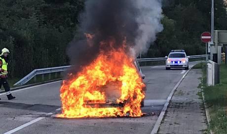 Personenwagen bei Brand auf Autobahn-Rastplatz komplett zerstört