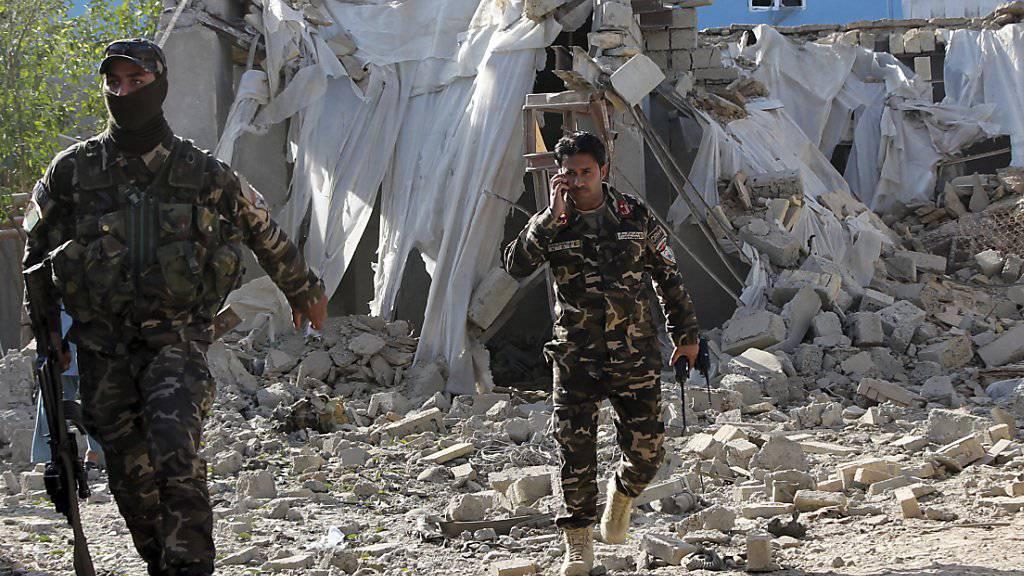 Sicherheitskräfte in Laschkarga, wo bei einem Anschlag mit einer Autobombe mindestens eine Person getötet wurde.