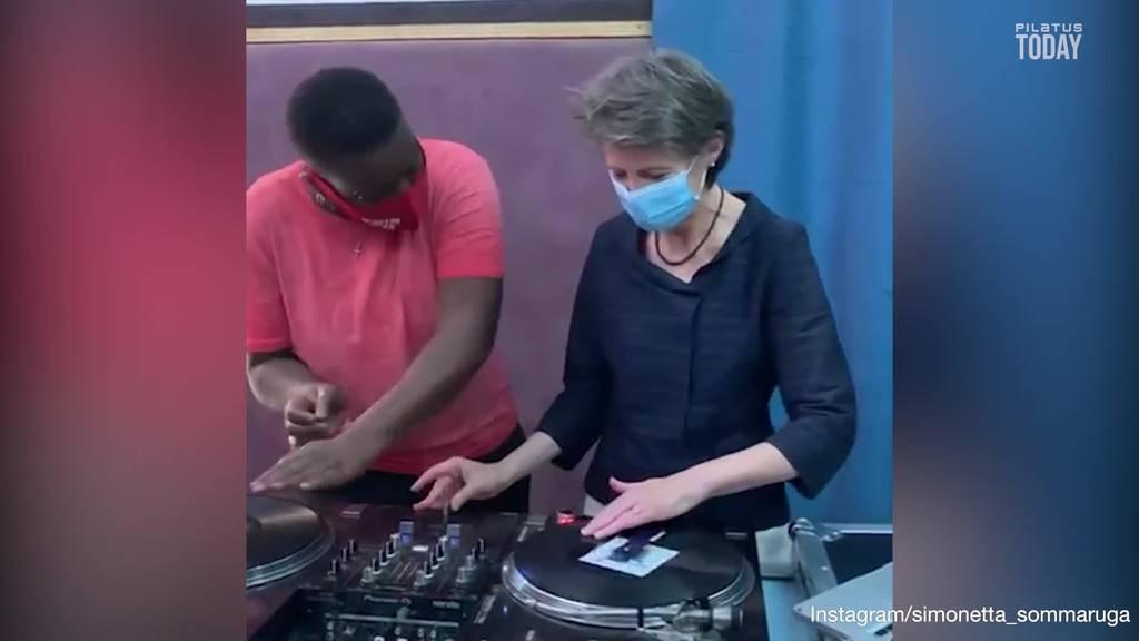 Simonetta Sommaruga macht in Senegal die DJane