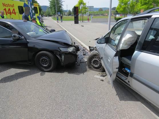Ein 64-jähriger Lenker ist am Samstagnachmittag in Untersiggenthal auf die Gegenfahrbahn geraten und mit zwei entgegenkommenden Autos kollidiert. Dabei wurden drei Personen leicht verletzt.