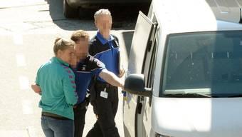 Chiasso, Grenze: Magdici wird von der Tessiner Kantonspolizei in Empfang genommen. MIttlerweile wurde sie aus der Haft entlassen.