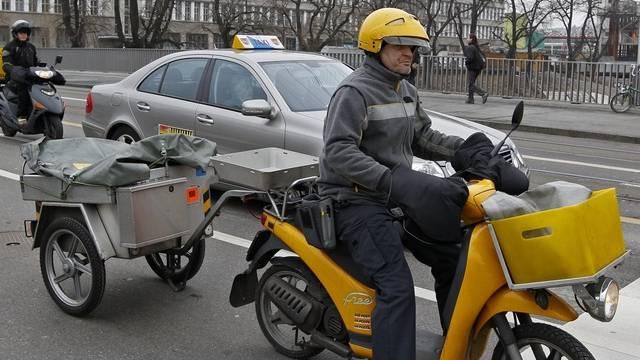 Werden bald durch Elektrofahrzeuge ersetzt: Die Roller der Briefträger (Symbolbild)