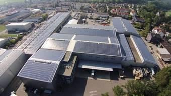 In Schwarzenbach (SG) steht die erste Solaranlage der Schweiz, die Regelenergie zur Stabilisierung des Stromnetzes produziert.